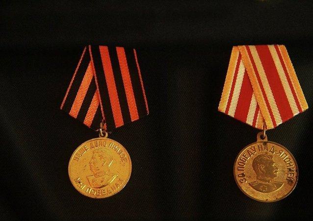 """""""1941-1945年伟大卫国战争战胜德国""""奖章(左)  """"战胜日本""""奖章(右)"""
