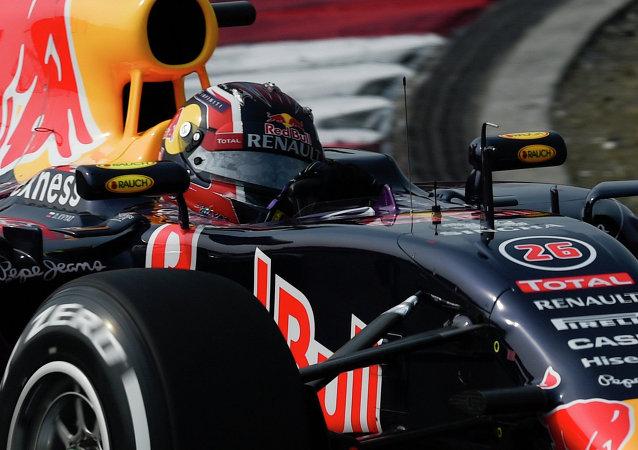 """""""奔驰""""车队车手汉密尔顿赢得中国大奖赛杆位"""