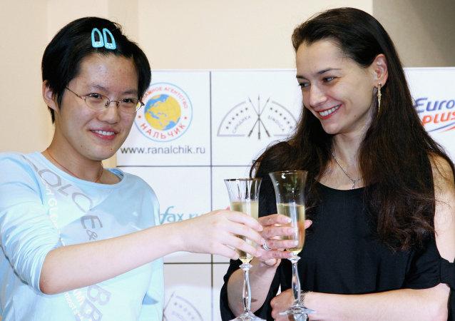 俄罗斯选手亚历山德拉·科斯坚纽克(右)和中国选手侯逸凡(左)/资料图片/