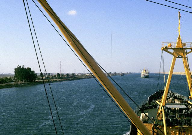 两艘货轮在苏伊士运河相撞