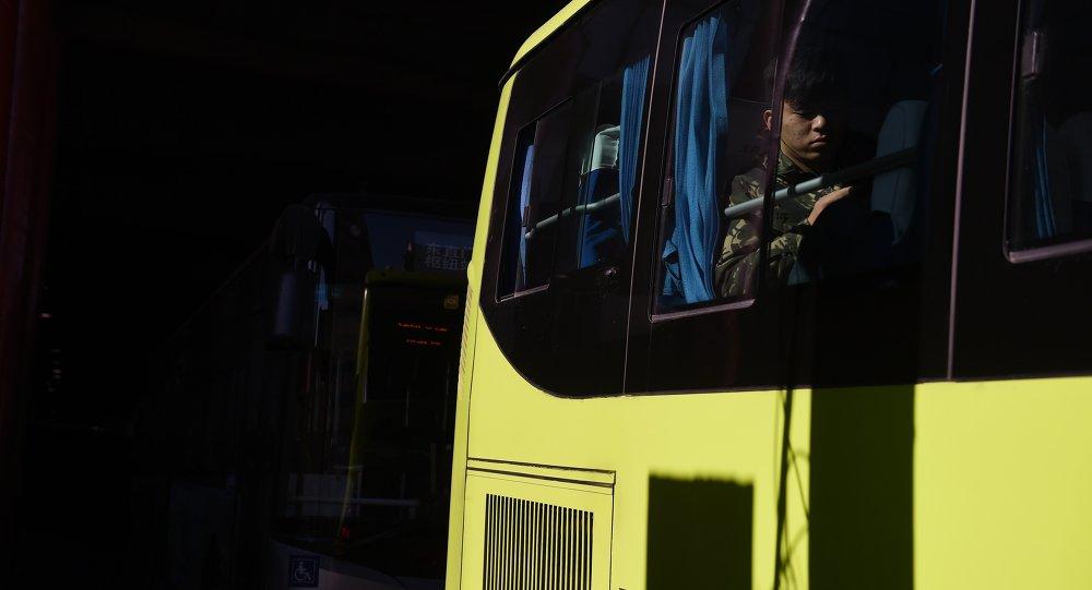 一輛公共汽車在遼寧省公路上發生側翻,兩人死亡,九人受傷