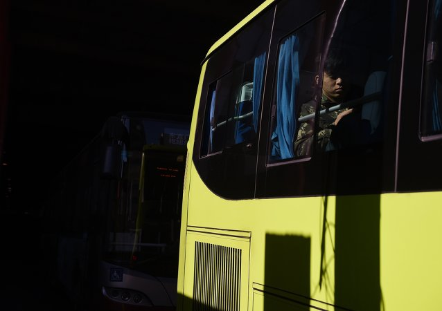 一辆公共汽车在辽宁省公路上发生侧翻,两人死亡,九人受伤