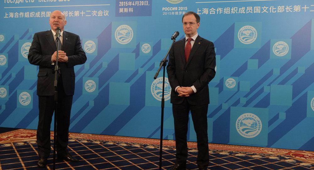 上合组织秘书长德米特里•梅津采夫与俄罗斯文化部部长弗拉基米尔•梅金斯基(从左至右