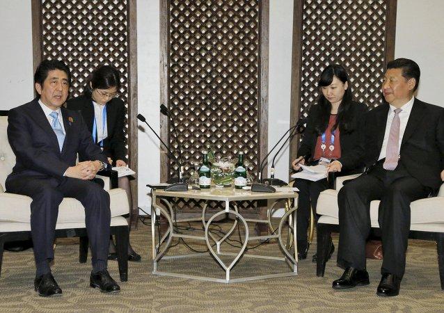 安倍晋三和习近平在雅加达亚非峰会上会面