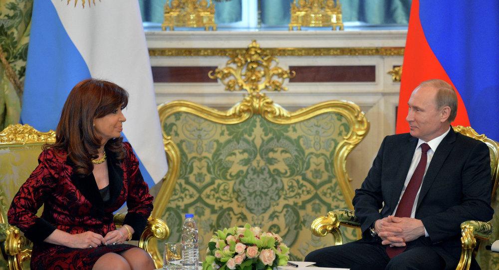 普京和基什内尔签署关于建立俄阿全面战略伙伴关系声明