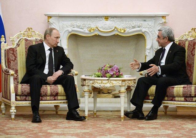 俄罗斯总统弗拉基米尔·普京在与亚美尼亚总统谢尔日·萨尔基相会晤时