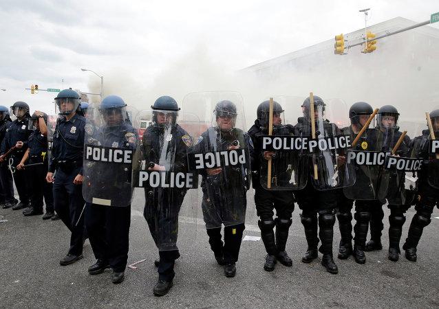 巴尔的摩实施宵禁后抗议活动仍继续,数十人被捕