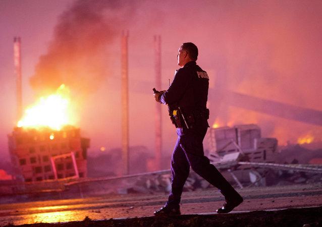 美巴尔的摩警方向违反宵禁的示威者使用烟雾弹