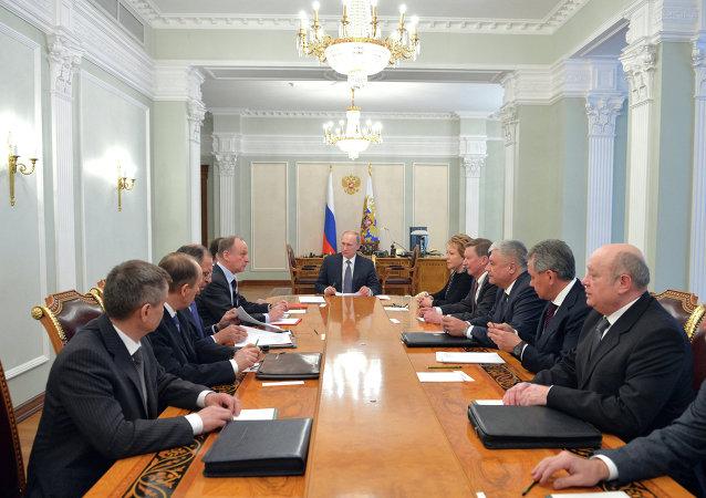 """普京与俄罗斯安全委员会常委就顿巴斯、叙利亚以及打击""""伊斯兰国""""问题进行讨论"""