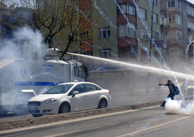 伊斯坦布尔发生游行示威者与警方冲突事件