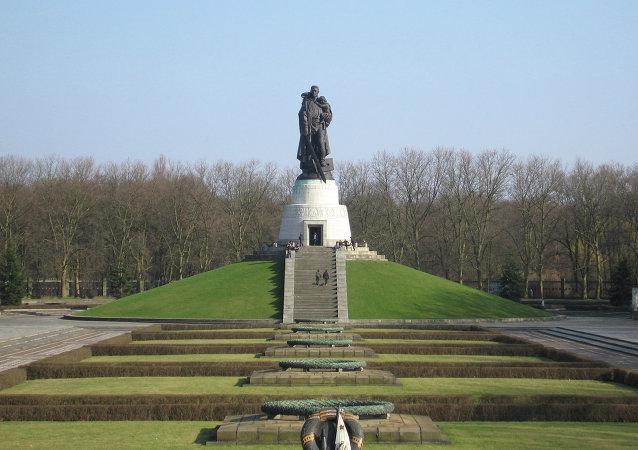 柏林举行向苏联牺牲军人纪念碑献花圈仪式