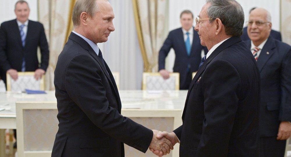 俄羅斯總統弗拉基米爾·普京在克里姆林宮歡迎古巴國務委員會主席和部長會議主席勞爾·卡斯特