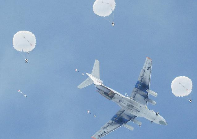 俄军空降兵演习在克里米亚进入实兵演练阶段