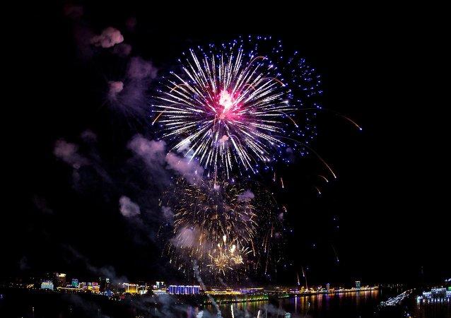 阿穆尔河两岸同时燃放烟花 庆祝卫国战争胜利70周年