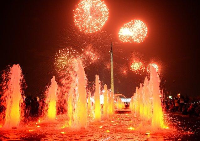 莫斯科为纪念战争胜利70周年进行在市内16个地点燃放礼花