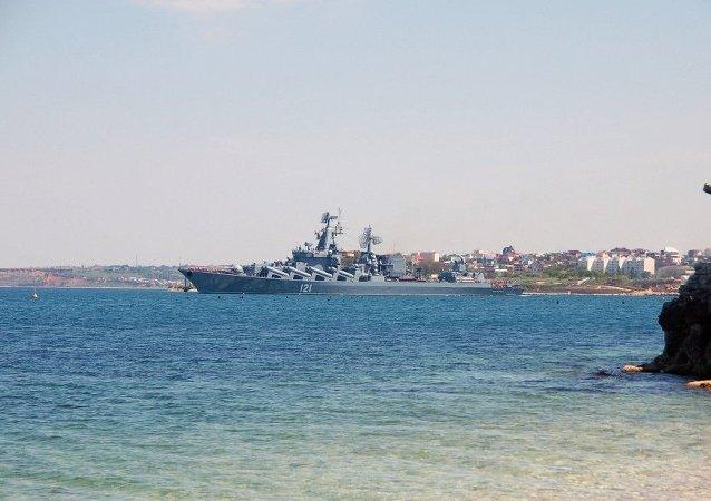"""参加俄中联合军演舰艇""""莫斯科""""号巡洋舰进入黑海海峡"""
