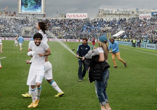 圣彼得堡泽尼特足球俱乐部队员为提前赢得冠军而庆贺