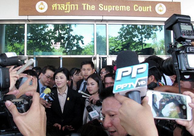 泰国前总理英拉出庭受审被禁出国