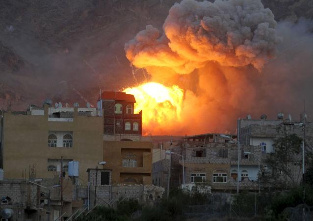 以沙特阿拉伯为首的联军飞机空袭了在也门首都的内务部大楼