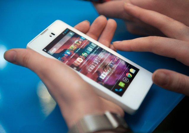 俄智能手机Yotaphone2在中国正式发售