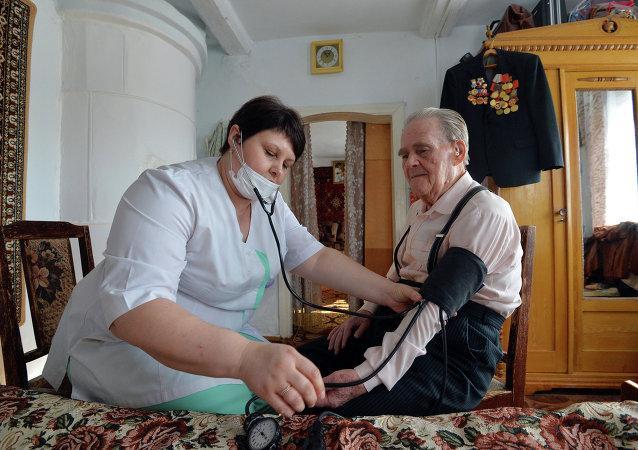 伟大卫国战争中的老战士尼古拉·瓦西里耶维奇·季托夫接待了医生