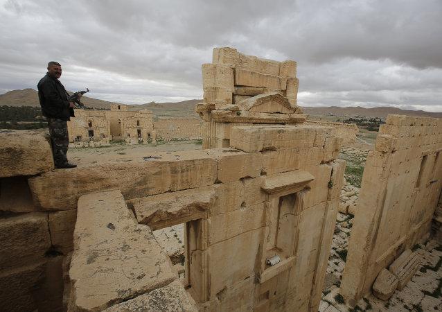 """消息人士:叙利亚军队在巴尔米拉附近摧毁""""伊斯兰国""""4个火力点以及弹药库"""