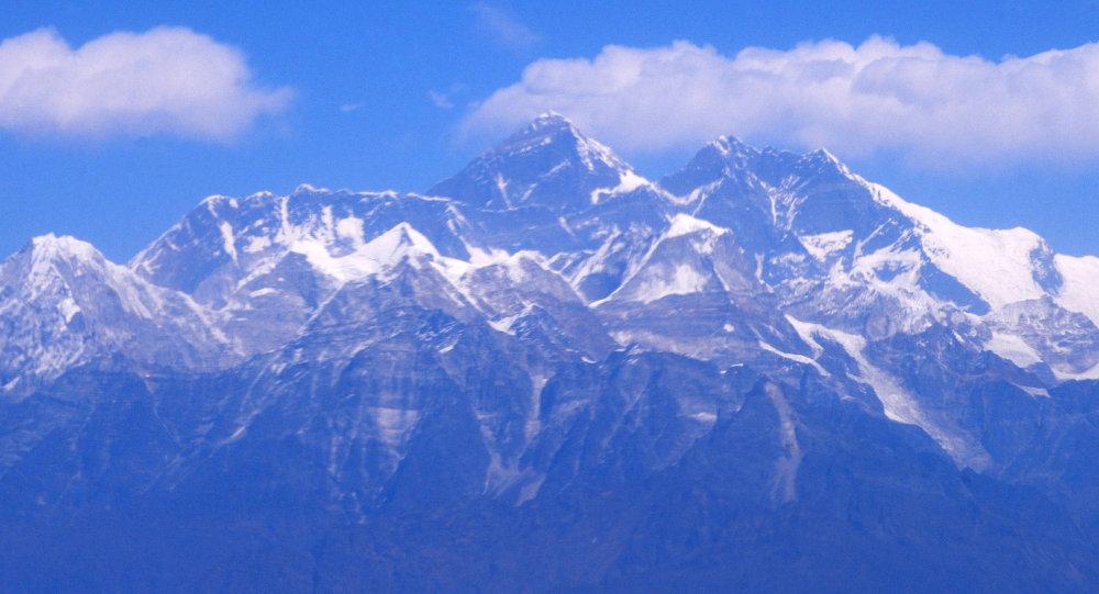 """珠穆朗玛峰冰川在融化:越来越多的登山者尸体""""重见天日"""""""