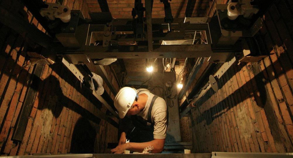 工人正在维修电梯