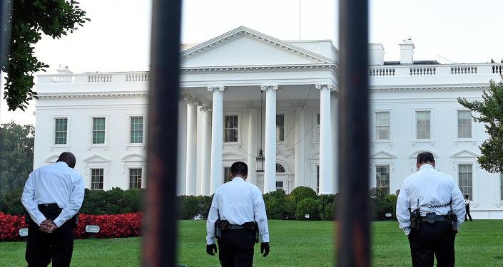 媒体:奥巴马顾问说服其在总统大选后免除联邦调查局局长职务