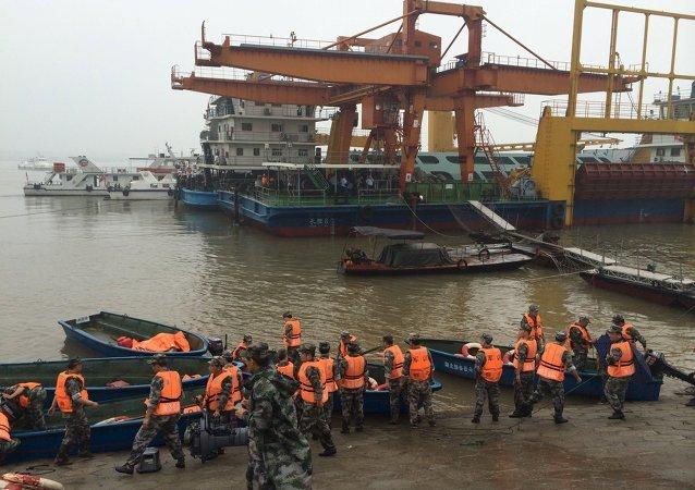 长江上翻沉游轮的船长以及轮机长已被扣押