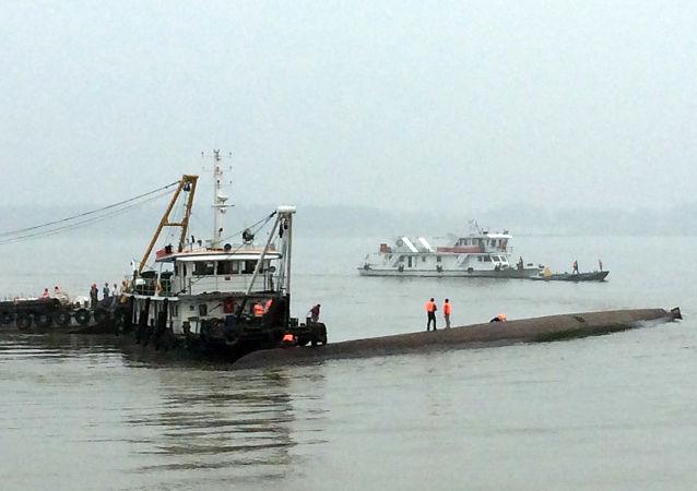 两船在长江口以外水域发生碰撞 14人失踪