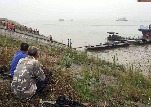 长江客船翻沉事故已有14人生还