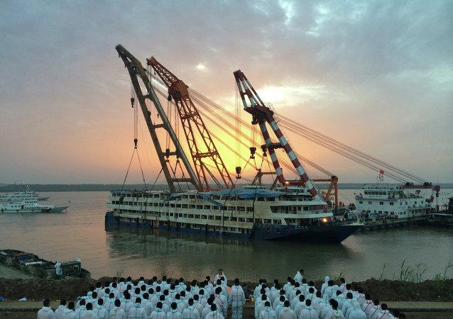 """中国""""东方之星""""客船长江翻沉事件遇难者人数上升至434人"""