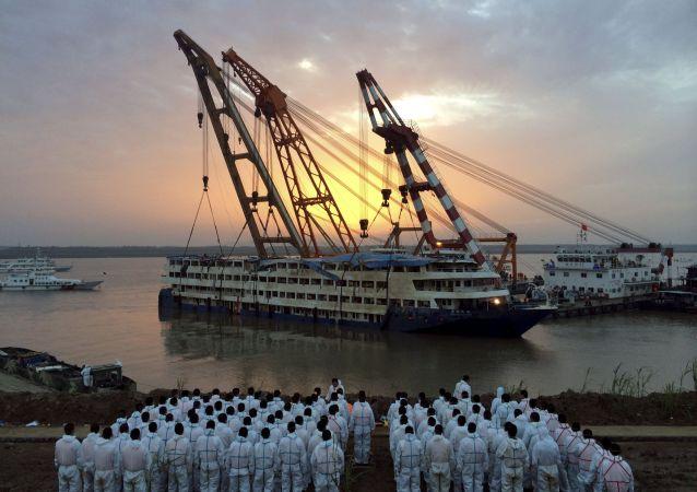 中国搜救者找到最后一具长江轮船遇难者尸体