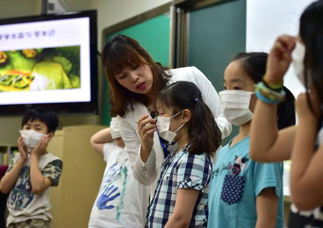 首尔中小学生戴口罩以应对MERS病毒