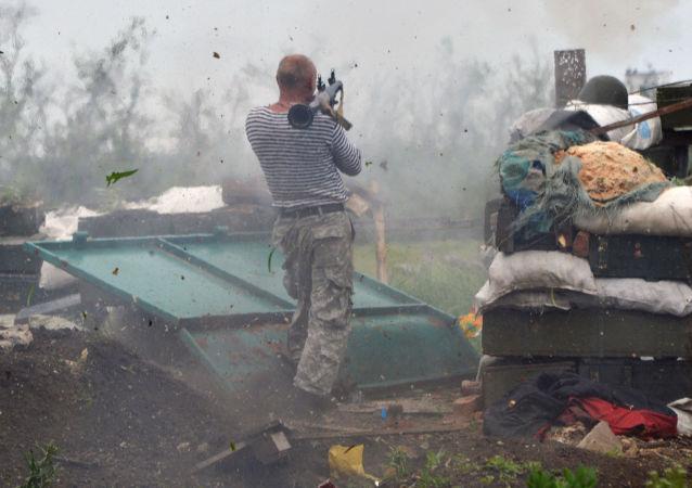 乌克兰军人向顿涅茨克共和国顿涅茨克军队阵地展开射击/资料图片/