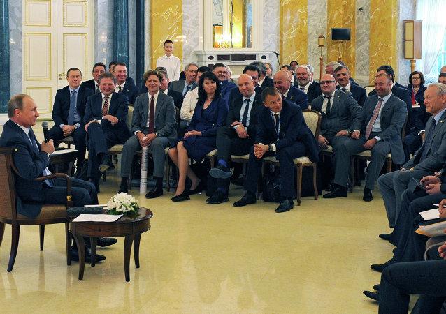 普京在接见俄罗斯商界代表时