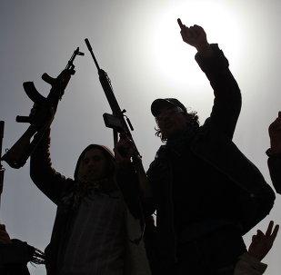 的黎波里武装分子向要求非法武装从首都撤出的示威人群开枪
