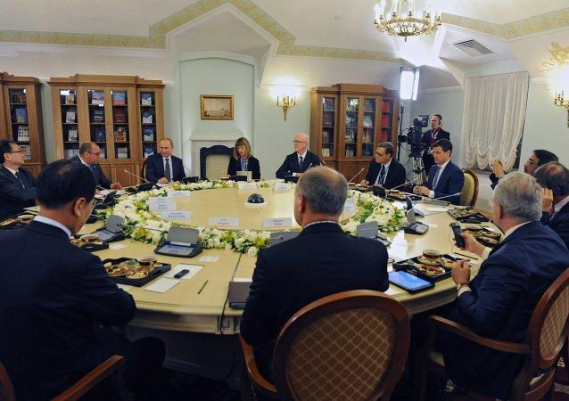 普京在圣彼得堡会见多国新闻通讯社社长时
