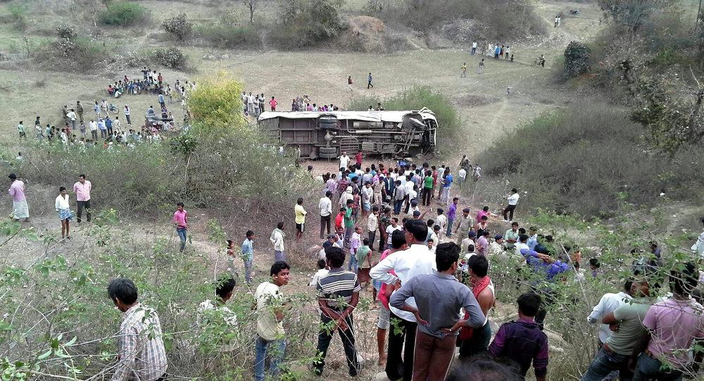 印度北部公交车坠入峡谷 – 15人死亡,25人受伤