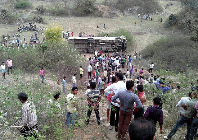 印度大巴与卡车相撞 至少致20人死亡
