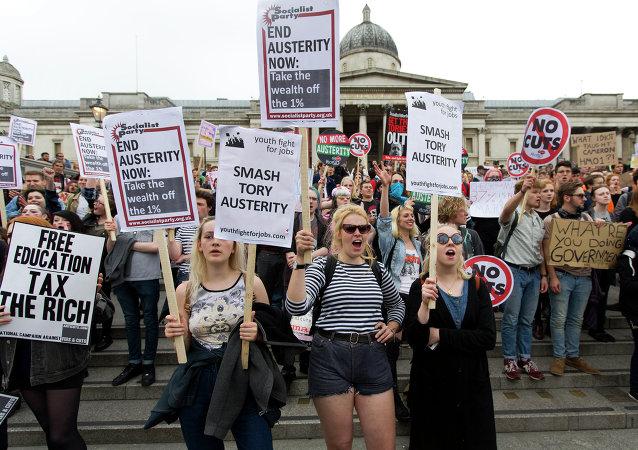 数万英国居民在伦敦市中心举行反政府政策抗议示威