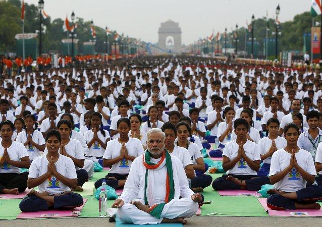 印度总理在新德里市中心率数万人练习瑜伽/资料图片/
