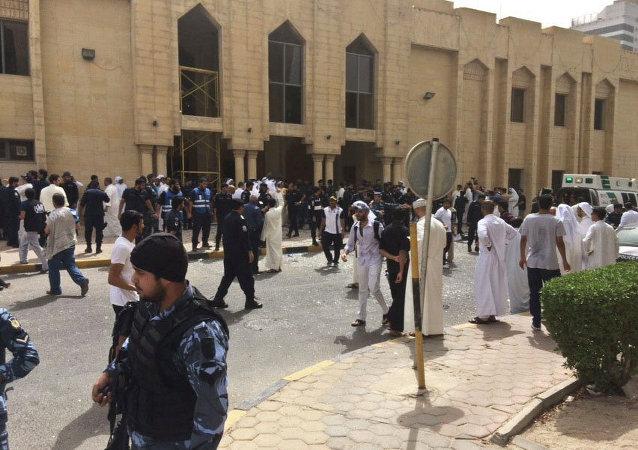 数千人参加科威特什叶派清真寺恐怖袭击遇难者葬礼