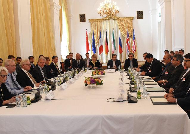"""俄中外长在伊朗与""""六方""""会谈期间举行会晤"""