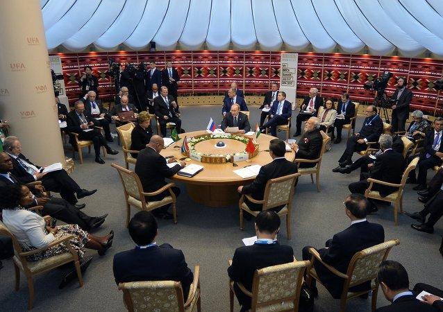 金砖国家领导人开始小范围会谈