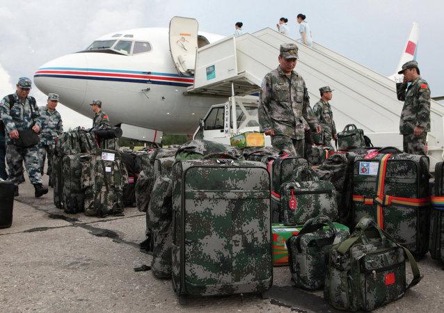 中国官兵抵达新西伯利亚参加侦察员竞赛