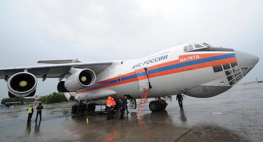 也门此前向俄政府请求人道援助。也门临时政府派出代表在萨那国际机场迎接了俄紧急情况部飞机。 萨那国际机场近期还将迎来俄紧急情况部的第二架人道物资专机。 也门武装冲突持续了近一年,一方支持合法总统哈迪,另一方是什叶派胡塞武装和前总统萨利赫的支持者。 冲突期间造成约2000人死亡,7000人受伤。