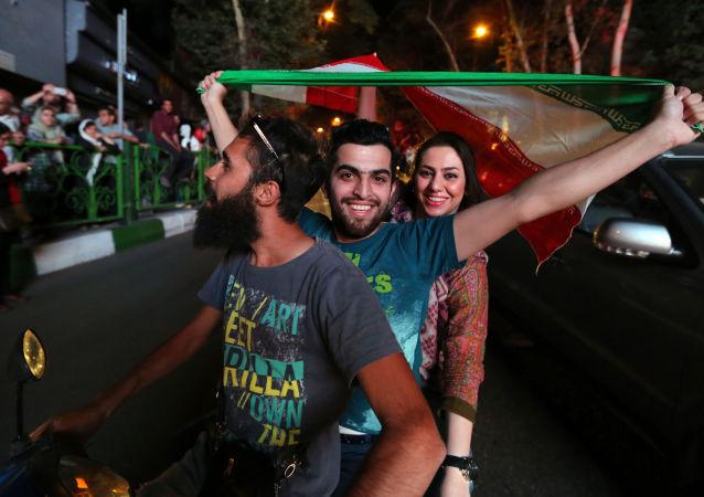 伊朗如同过节一般欢庆伊核协议达成,万人空巷