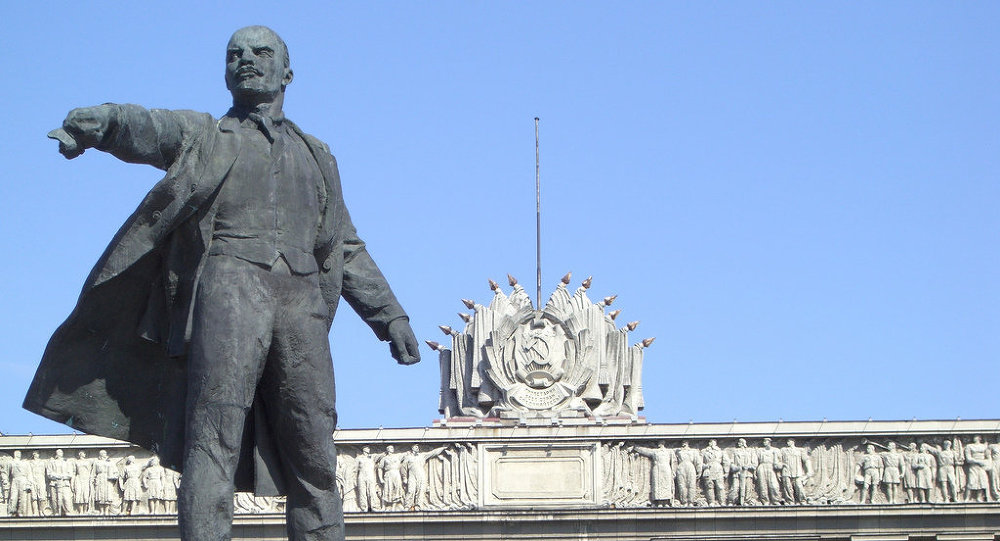 """季阿诺夫说:""""举办竞赛的主要目的是为了提醒青年,曾经有过这样一位无产阶级领袖,要正面介绍领袖人物。年轻人很喜欢自拍,那就让他们在好的纪念碑背景下自拍吧! """" 竞赛优胜者将可获得一个有列宁全集和有关列宁的影视和音像的平板电脑、 所有俄罗斯居民均有权参加,因为全国各地到处都有列宁纪念碑。 季阿诺夫没有具体说明举办竞赛的时间,他说可能是在2016年至2017年之间。"""
